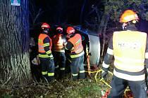 Mimo silnici mezi stromy skončila v sobotu jízda dvaatřicetiletého řidiče. Před devátou hodinou večer havaroval s autem značky Volkswagen Passat nedaleko obce Miroslav. Podle policistů byl příčinou nehody způsob jízdy.