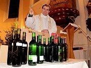 Vínům požehnal farář Jindřich Čoupek.