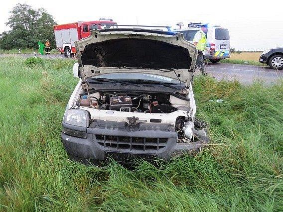 Lehké zranění utrpěla řidička Peugeotu 207, do které při projíždění zatáčky u Čejkovic narazil opilý řidič Fiatu.