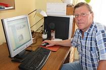 Starosta příhraniční obce Podmolí Josef Frélich žije ve Znojmě. Úřední záležitosti pro obec vyřizuje jak z kanceláře, kterou má doma (na snímku), tak z kanceláře na obecním úřadu v Podmolí.