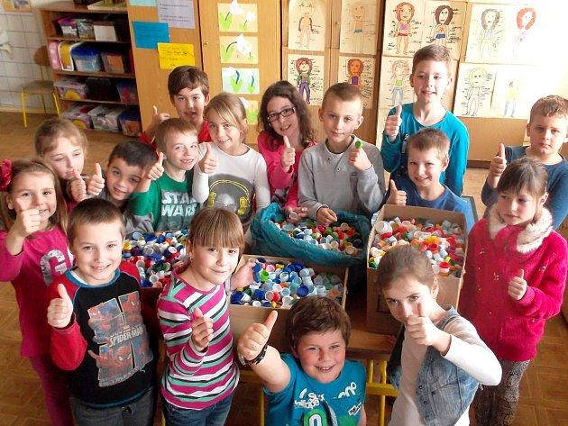 Školáci ze Základní školy v Hevlíně sbírají víčka od plastových lahví. Pomáhají tak nemocné dívce.