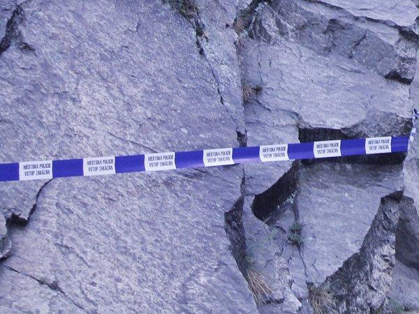 Zřejmě podmáčená půda po dešti umožnila uvolnění kamenů, které ze skály popadaly. Ke škodám ani zranění naštěstí nedošlo.