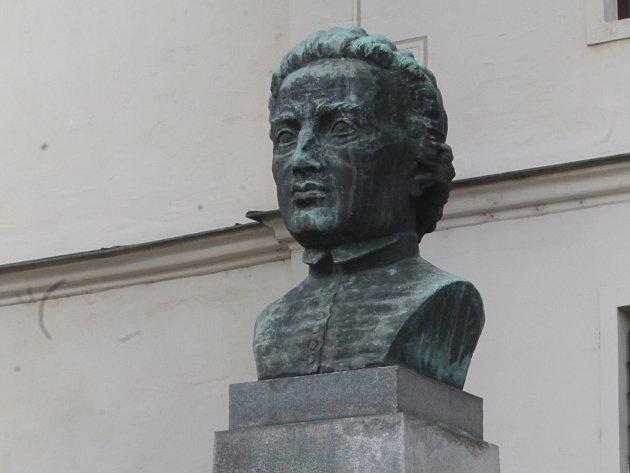 Památník Prokopa Diviše na Divišově náměstí je zase kompletní.