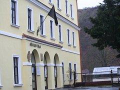 O víkendu zavlál černý prapor na radnici v Moravském Krumlově.