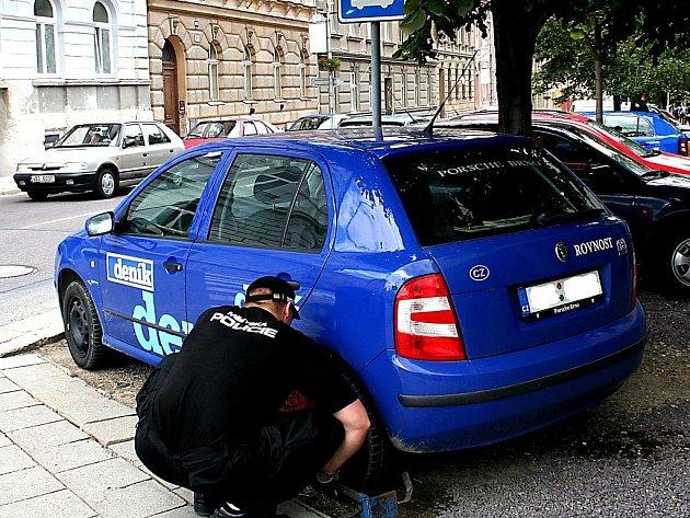 Městská policie nasadila desátého července na auto Znojemského deníku botičku, o prázdninách si ji pak vysloužila spousta řidičů. Podle odborníků k tomu nebyl důvod. Někteří další řidiči však parkovali autem i přímo na chodníku a sankce je nečekala