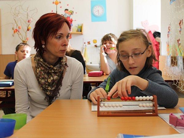 Dvě a půl hodiny věnuje ve speciální škole desetileté Andělce Květa Krulová, která ráno doprovázela studenta Jakuba.