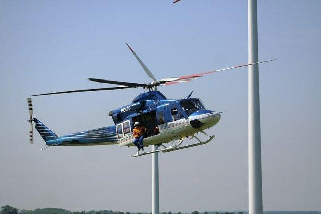 Desítka hasičů – lezců spolu se dvěma policejními piloty vrtulníku Bell 412 a s pomocí horolezecké výstroje zachraňovalo v pondělí figuranty ze strojovny větrné elektrárny ve výšce pětasedmdesát metrů.