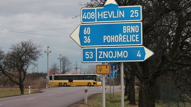 Známá a nebezpečná křižovatka silnice Znojmo – Brno se silnicí druhé třídy mezi Suchohrdly a Dyjí u Znojma.