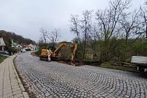 V Moravském Krumlově se silničáři pustili do opravy Rakšické ulice, která je jedním z hlavních průtahů městem. Je postavena z takzvaných kočičích hlav.
