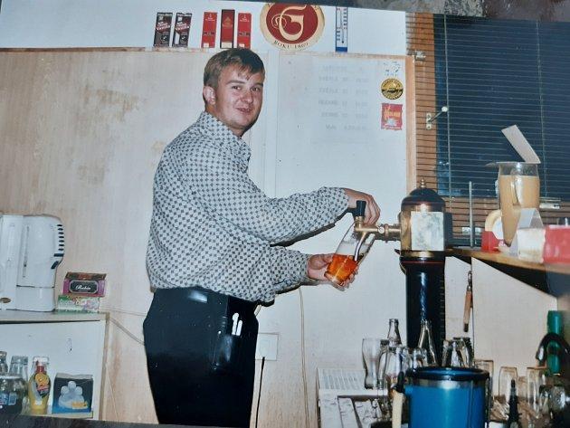 Tomáš jako číšník ve znojemské pivnici Pod Mostem vroce 2000.Foto: Archiv Tomáše Hájka
