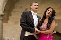 Koncert zpěvačky Pavlíny Senić a tenora Josefa Moravce konaný na zámku v Uherčicích v rámci Hudebního festivalu Znojmo opět podpořil opravy chátrajícího památky.