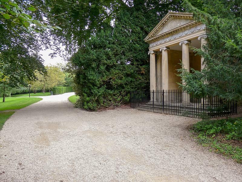 Procházka parkem paláce Blenheim nedaleko Oxfordu v Anglii. U takzvaného Dianina chrámku požádal před lety o ruku svou nastávající Clementine Winston Churchill.