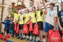 Rodinný tým Buldové s Jakubem Bulínem (první ve žlutém zleva) vyhrál letos závod ve výběhu Extreme 790. Výtěžek ze startovného putoval na podporu stacionáře sv. Damiána ve Znojmě-Hradišti.