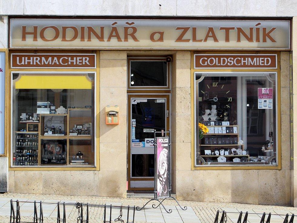 Obchody a jejich výlohy na Masarykově náměstí ve Znojmě.