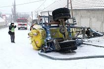 Dopravu v Hlubokých Mašůvkách komplikovala v pátek dopoledne havárie traktoru. V prudkém kopci se na zasněžené silnici převrátila cisterna, kterou traktor táhl.