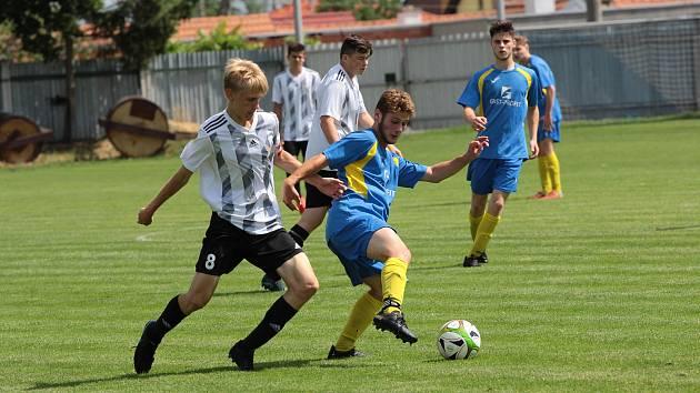 Fotbalového turnaje v Tasovicích zúčastnili i dorostenci z Dobšic (v černobílém) a Moravského Krumlova.