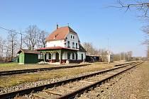 Turistickou atrakci chystají na příští sezonu v Hevlíně. Nevyužitou železnicí se budou prohánět turisté v drezínách. Z budovy nádraží bude muzeum