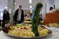 Vánočně prostřený stůl, nazdobené cukroví, slavnostní hostina a jiné dovednosti žáků učebních a studijních oborů si mohli zájemci přijít prohlédnout ve čtvrtek na střední školu na Přímětické ulici ve Znojmě.