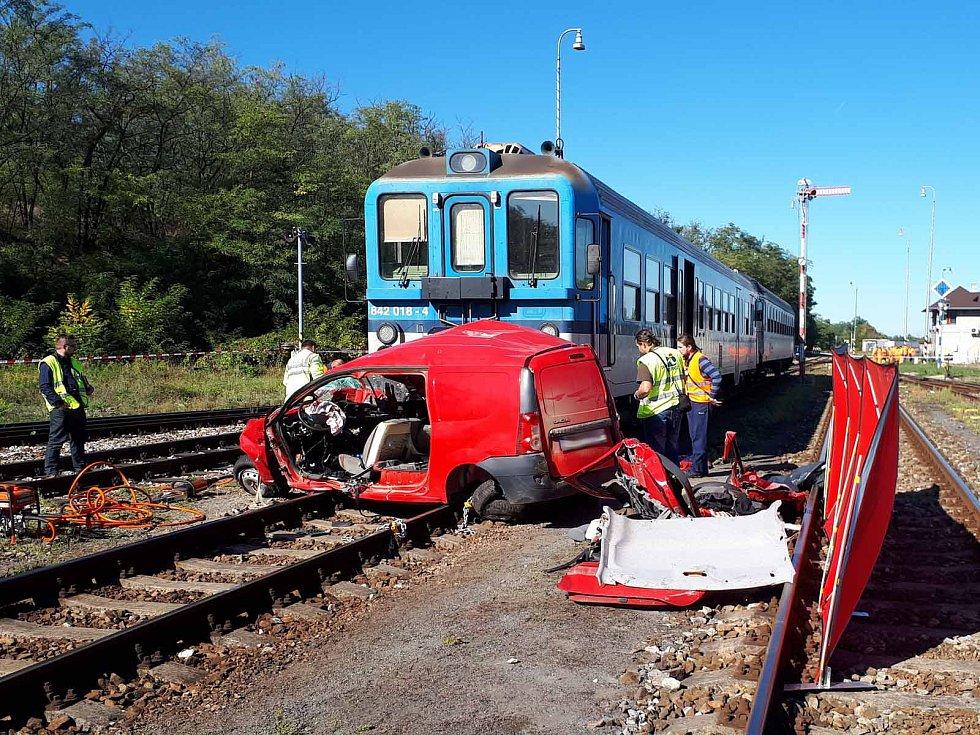 U železničního přejezdu v Hrušovanech nad Jevišovkou došlo ke srážce osobního auta a vlaku. Dva lidé na místě zemřeli.