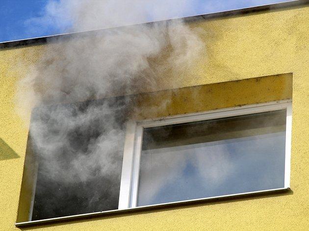 V posledním patře osmipatrového panelového domu v ulici Dukelských bojovníků ve Znojmě hořelo. V pátek 31. března.