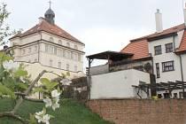 Věznice Znojmo je v těsném sousedství vilek v ulici Pasteurova.