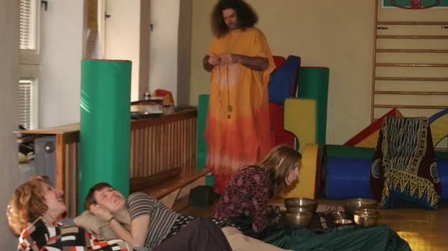 Muzikoterapeutické setkání ve znojemském rodinném centru Maceška
