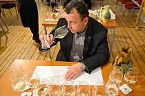 Člen odborné komise hodnotí jeden ze vzorků vín.