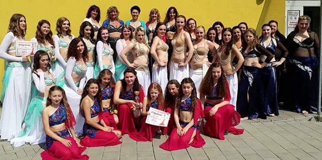 Ženy a dívky, které tančí pod Střediskem volného času Znojmo, zabodovaly ovíkendu  vkrajském kole soutěže Světlo Orientu.