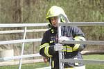 Dobrovolní hasiči z Černína a jejich kolegové měli unikátní cvičení. Profesionální záchranář Tomáš Förchtgott jim ukazoval, zak zachraňovat koně z hořících stájí.