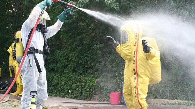 Dekontaminace hasičů ve speciálním obleku
