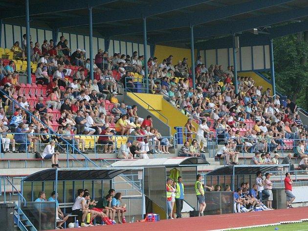 Pohled na diváky na znojemském fotbalovém stadionu. Ilustrační fotografie.