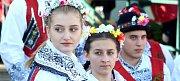 V nádherném slunečném podzimním dopoledni zvala krojovaná chasa obyvatele příhraničního Hrádku na Znojemsku na večerní zábavu v tamním kulturním domě. Hrádečtí měli své hody již po pětačtyřicáté.