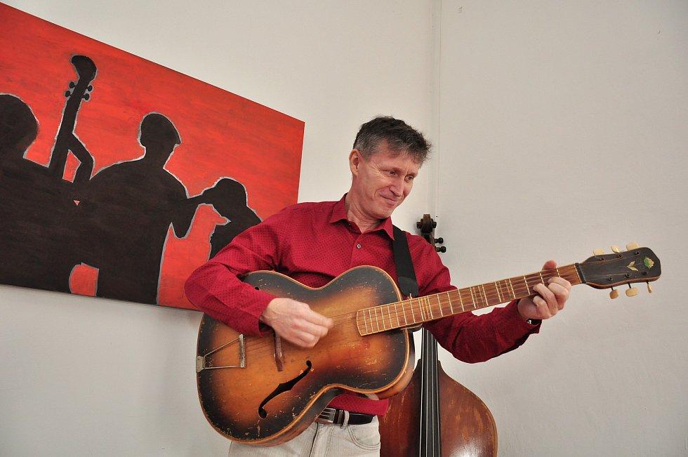 Bořivoj Švéda z Moravského Krumlova je nejen šéfem tamní kultury. Kreslí vtipy, má kapelu, hraje divadlo a dělá správce zámku.