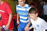 Znojemský fotbalista Petr Zapalač (uprostřed).