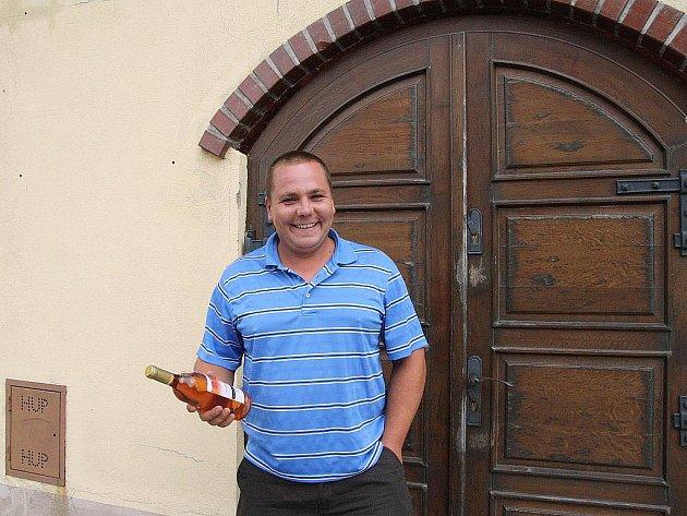 Mojmír Vychodil se už od mala pohyboval mezi vinohradem a sklepem. Před sedmnácti lety jeho otec, který mu byl velkým vzorem a učitelem, založil vinařství Vinea v Novém Šaldorfu. Mladý muž jej po otci převzal.