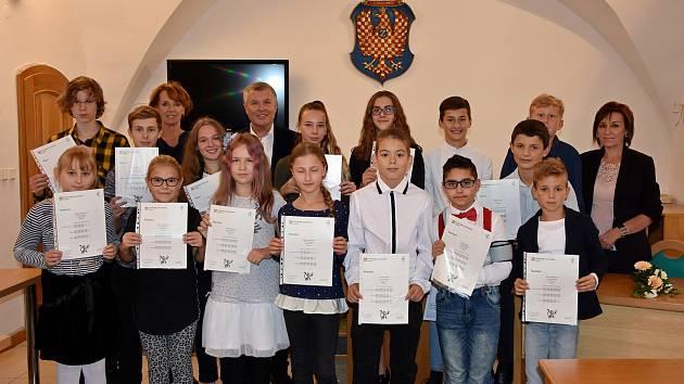 Źáci znojemské ZŠ Mládeže převzali na radnici osvědčení o složení jazykové zkoušky Cambridge.