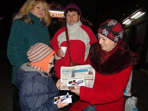 Na znojemském Horním náměstí se v roce 2014 ke společnému zpívání koled sešlo asi dvě stě lidí. Takt udával pěvecký sbor ze Základní školy Pražská.