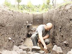 Archeolog David Rožnovský provádí záchranný výzkum ve vinici Šobes.