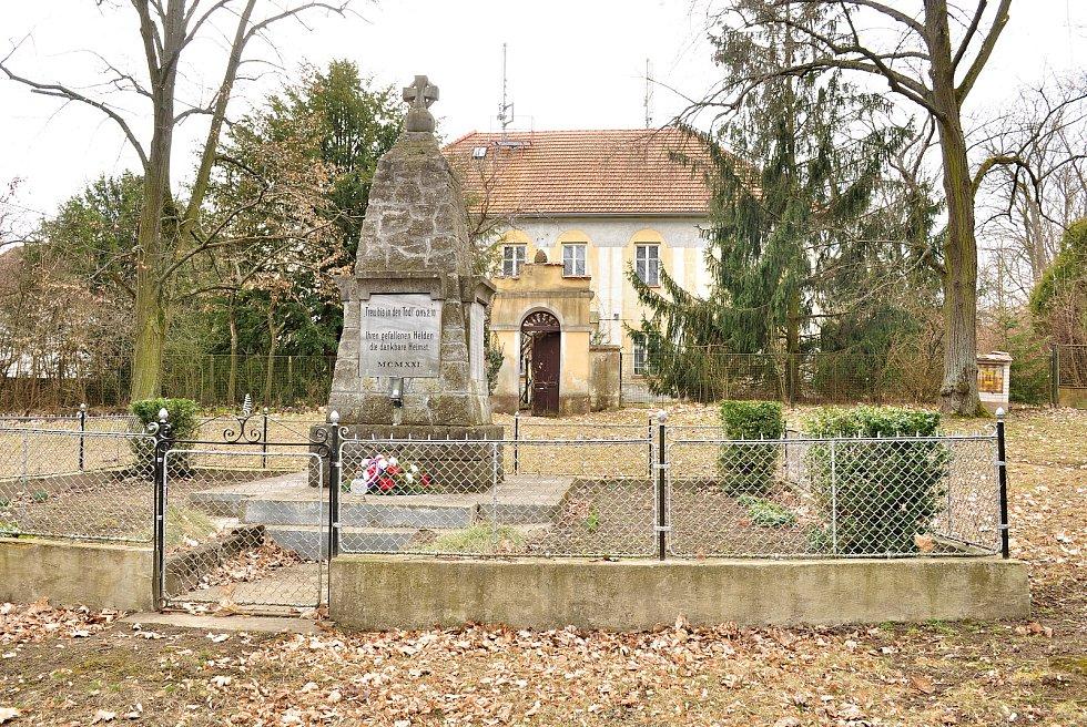 Památník a budova fary v obci Břežany