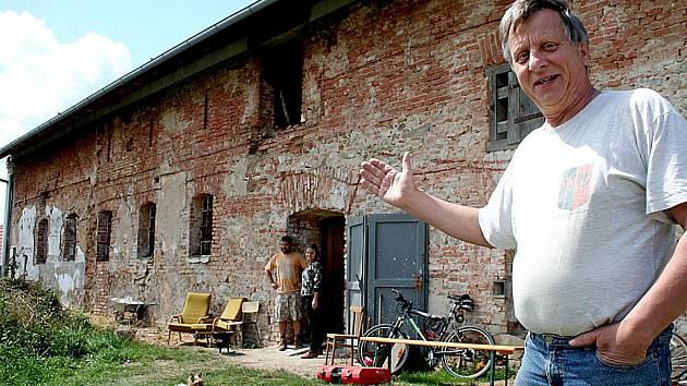 Archeologové ve Znojmě - Hradišti chystají muzeum. Vedoucí výzkumu Bohuslav Klíma v popředí.