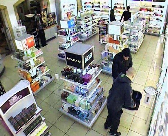 Pouhé dvě minuty stačily v polovině ledna čtveřici mužů k drzé loupeži v jednom z obchodů v komerční zóně v Hatích. Odnesli parfémy za téměř tři čtvrtě milionu korun.