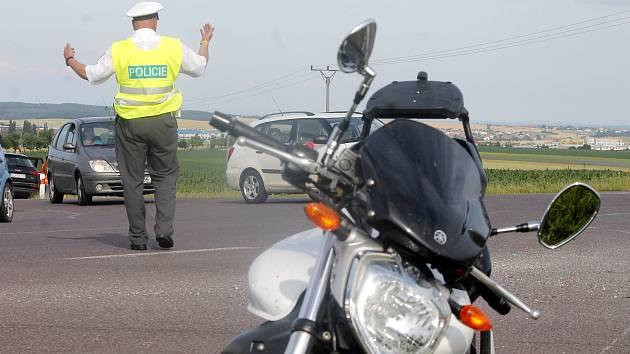 Nehoda motorkáře u křižovatky mezi Znojmem a částí obce Kasárna.