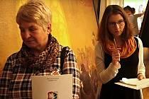 """Jako lavina se šíří sociálními sítěmi nový trend """"zamrzání"""" lidí v nejrůznějších situacích. Na zámku v Miroslavi na Znojemsku si to nadšenci vyzkoušeli u obrazů puzzle Slovanské epopeje."""