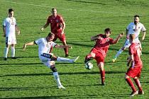 Fotbalisté Tasovic (v bílých dresech) v neděli doma remizovali s Bystřicí nad Pernštejnem 1:1.