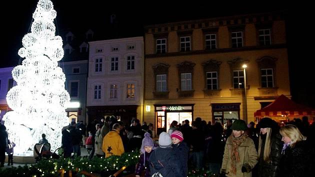 Rozsvícení vánočního stromu a zahájení adventního trhu přilákalo do centra Znojma několik tisíc lidí.