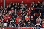 Hokejisté Znojma (v červeném) v posledním duelu nadstavby soutěže EBEL nestačili na celek Innsbrucku.