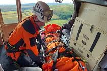 Muž se zřítil ze svahu. Do nemocnice ho transportoval vrtulník.