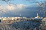 První letošní sníh lehce pokryl Znojmo i přírodu Podyjí v pondělí odpoledne.