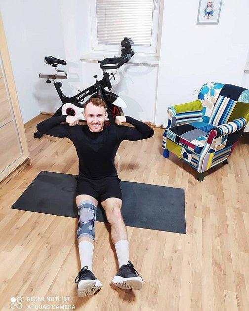 Jarda Fukal si zranil koleno. Bývalého fotbalistu to nevykolejilo a začal na sobě makat.