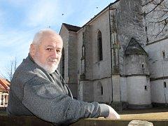 Nejen stavby, rekonstrukce či zdobení obce květinami má na starosti Jiří Musil, který v čele Hnanic stojí od roku 1991. Je také veliký milovník hudby a rád by ještě více pozdvihl kulturní akce v obci.
